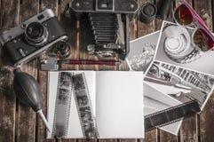 Αναδρομικές κάμερες φωτογραφιών σε έναν πίνακα Στοκ Εικόνες
