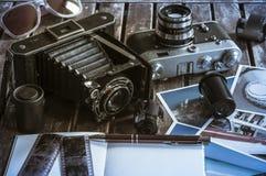 Αναδρομικές κάμερες φωτογραφιών σε έναν πίνακα Στοκ φωτογραφία με δικαίωμα ελεύθερης χρήσης