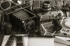 Αναδρομικές κάμερες φωτογραφιών σε έναν πίνακα Στοκ Φωτογραφίες