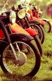 Αναδρομικές μοτοσικλέτες σε μια σειρά Στοκ φωτογραφία με δικαίωμα ελεύθερης χρήσης