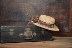 Αναδρομική βαλίτσα ενός ταξιδιώτη με το καπέλο Στοκ Εικόνες