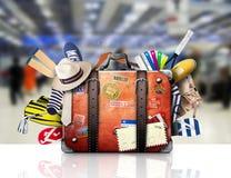 Αναδρομική βαλίτσα ενός ταξιδιώτη Στοκ εικόνα με δικαίωμα ελεύθερης χρήσης