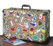 Αναδρομική βαλίτσα με τις αυτοκόλλητες ετικέττες στο πάτωμα στοκ φωτογραφία με δικαίωμα ελεύθερης χρήσης