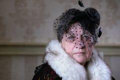 Αναδρομική γιαγιά σε ένα κάπνισμα καπέλων στοκ φωτογραφία με δικαίωμα ελεύθερης χρήσης