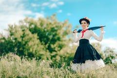 Αναδρομική γυναίκα στο πορτρέτο φαντασίας κοστουμιών παραμανών υπαίθρια Στοκ φωτογραφία με δικαίωμα ελεύθερης χρήσης