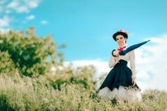 Αναδρομική γυναίκα στο πορτρέτο φαντασίας κοστουμιών παραμανών υπαίθρια Στοκ Φωτογραφία