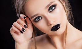 αναδρομική γυναίκα ΧΧ αναθεώρησης s πορτρέτου αιώνα ομορφιάς 20 Επαγγελματικά Makeup και μανικιούρ με τα μάτια smokey Μαύρα χρώμα στοκ εικόνες