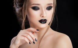 αναδρομική γυναίκα ΧΧ αναθεώρησης s πορτρέτου αιώνα ομορφιάς 20 Επαγγελματικά Makeup και μανικιούρ με τα μάτια smokey Μαύρα χρώμα στοκ φωτογραφίες