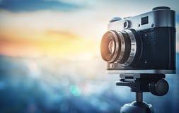 Αναδρομική κάμερα στο υπόβαθρο πόλεων νύχτας Έννοια στο θέμα του μ στοκ φωτογραφία με δικαίωμα ελεύθερης χρήσης
