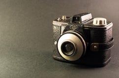 Αναδρομική κάμερα ταινιών που απομονώνεται σε ένα γκρίζο υπόβαθρο Στοκ φωτογραφία με δικαίωμα ελεύθερης χρήσης
