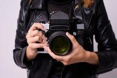 Αναδρομική κάμερα Χέρια κοριτσιών Άσπρη ανασκόπηση Στοκ Εικόνες
