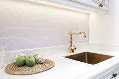 Αναδρομική κλασική χρυσή στρόφιγγα πολυτέλειας κουζινών συσκευές σύγχρονες στοκ εικόνα με δικαίωμα ελεύθερης χρήσης