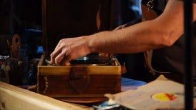 Αναδρομική μουσική με το βινυλίου αρχείο και gramophone απόθεμα βίντεο