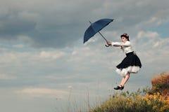 Αναδρομική παραμάνα που πετά με την ομπρέλα στο πορτρέτο φαντασίας Cosplay Στοκ εικόνα με δικαίωμα ελεύθερης χρήσης