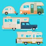 Αναδρομική συλλογή ρυμουλκών τροχόσπιτων Το σύνολο τα τροχόσπιτα ταξιδιωτικών φορτηγών στο επίπεδο ύφος που απομονώθηκε στο μπλε  Στοκ φωτογραφία με δικαίωμα ελεύθερης χρήσης