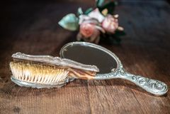 Αναδρομικοί ασημένιοι καθρέφτης και χτένα στον παλαιό ξύλινο πίνακα στοκ φωτογραφίες με δικαίωμα ελεύθερης χρήσης