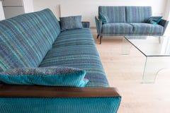 Αναδρομικοί καναπέδες σαλονιών ύφους που επικαλύπτονται στο μπλε/πράσινο ριγωτό ύφασμα μαλλιού στοκ φωτογραφίες με δικαίωμα ελεύθερης χρήσης