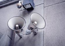 Αναδρομικοί ομιλητές με το CCTV που τοποθετείται στον τοίχο της οικοδόμησης Στοκ Φωτογραφίες