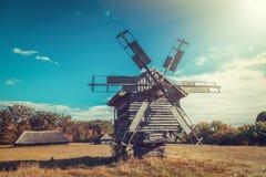 Αναδρομικός ανεμόμυλος στο αγροτικό τοπίο Στοκ Εικόνες