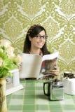 Αναδρομικός καφές κουζινών γυναικών καφέδων με το περιοδικό Στοκ εικόνες με δικαίωμα ελεύθερης χρήσης