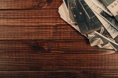Αναδρομικός μερικές παλαιές φωτογραφίες στον ξύλινο πίνακα στοκ φωτογραφίες με δικαίωμα ελεύθερης χρήσης