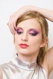 Αναδρομικός ορισμένος νέος ξανθός στο ζωηρόχρωμο makeup. Στοκ Φωτογραφίες
