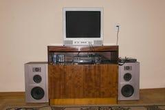 Αναδρομικός παλαιός δέκτης TV στο υπόβαθρο του μπροστινού τοίχου Η έννοια της τηλεοπτικής μετάδοσης στοκ εικόνα με δικαίωμα ελεύθερης χρήσης