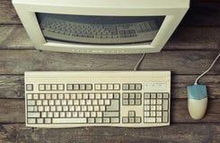 Αναδρομικός στάσιμος υπολογιστής σε ένα αγροτικό ξύλινο γραφείο, εκλεκτής ποιότητας χώρος εργασίας στοκ φωτογραφία με δικαίωμα ελεύθερης χρήσης
