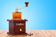 Αναδρομικός χειρωνακτικός μύλος καφέ στον ξύλινο πίνακα, τρισδιάστατη απόδοση ελεύθερη απεικόνιση δικαιώματος