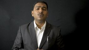 Αναδρομικό άτομο που παρουσιάζει που φορά το αναδρομικό παλτό κοστουμιών ύφους που επισημαίνει moustache απόθεμα βίντεο