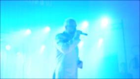 Αναδρομικό θολωμένο συναυλία υπόβαθρο μουσικής Πρεσβύτερος ένας ηληκιωμένος που τραγουδά στο μικρόφωνο σε αργή κίνηση βίντεο Αναδ απόθεμα βίντεο