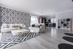 Αναδρομικό καθιστικό στο διαμέρισμα Στοκ Φωτογραφίες