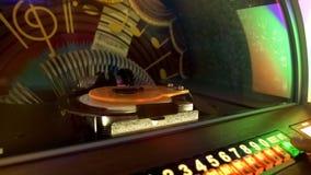 Αναδρομικό κιβώτιο μουσικής, πελάτης φραγμών που επιλέγει την αγαπημένη μελωδία, νοσταλγία ψυχαγωγίας στοκ φωτογραφία