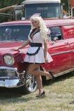 Αναδρομικό κορίτσι με το παλαιό αυτοκίνητο στοκ φωτογραφία με δικαίωμα ελεύθερης χρήσης