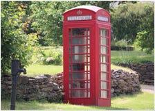 Αναδρομικό κόκκινο τηλεφωνικό κιβώτιο σε μια πάροδο χωρών Βασιλικός δημιουργήστε στην κορυφή στοκ φωτογραφίες