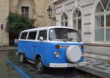 Αναδρομικό μπλε φορτηγό στοκ εικόνες