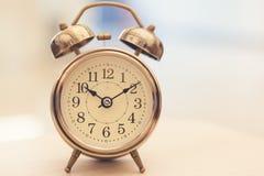 Αναδρομικό ξυπνητήρι στον πίνακα στοκ εικόνες με δικαίωμα ελεύθερης χρήσης