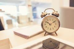 Αναδρομικό ξυπνητήρι στον πίνακα στοκ φωτογραφία