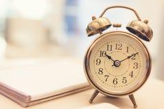 Αναδρομικό ξυπνητήρι στον πίνακα στοκ φωτογραφίες