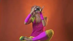 Αναδρομικό παιχνίδι χορευτών κομμάτων της δεκαετίας του '80 ξανθό με μια σφαίρα disco, σε αργή κίνηση απόθεμα βίντεο