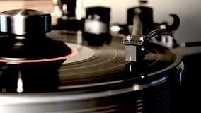 Αναδρομικό παλαιό εκλεκτής ποιότητας βινυλίου gramophone Dick πικάπ λευκωμάτων μαύρο στην περιστροφική πλάκα στη ζάλη του λεπτομε φιλμ μικρού μήκους