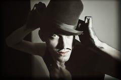 Αναδρομικό πορτρέτο του θεατρικού δράστη με ένα καπέλο στοκ φωτογραφία