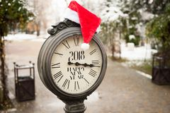 Αναδρομικό ρολόι οδών με την επιγραφή καλή χρονιά 2018 και καπέλο Άγιου Βασίλη σε τους Στοκ Φωτογραφία