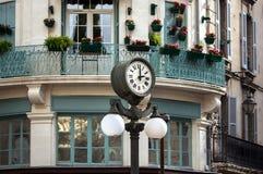 Αναδρομικό ρολόι οδών ύφους με το φανάρι στοκ εικόνες με δικαίωμα ελεύθερης χρήσης