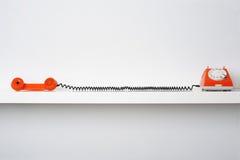 Αναδρομικό τηλέφωνο στο ράφι Στοκ φωτογραφία με δικαίωμα ελεύθερης χρήσης