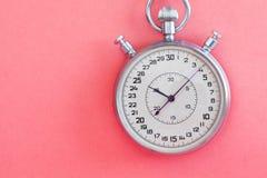 Αναδρομικό χρονόμετρο χρονομέτρων με διακόπτη ύφους στο ρόδινο κατασκευασμένο υπόβαθρο εγγράφου Έννοια χρονικής διαχείρισης αθλητ Στοκ εικόνες με δικαίωμα ελεύθερης χρήσης