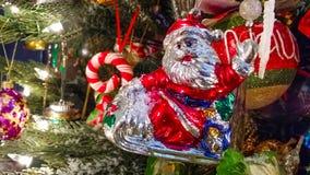 Αναδρομικό Santa στην κυματίζοντας διακόσμηση ελκήθρων στην ντεμοντέ κινηματογράφηση σε πρώτο πλάνο χριστουγεννιάτικων δέντρων στοκ φωτογραφία με δικαίωμα ελεύθερης χρήσης