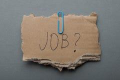Αναζήτηση εργασίας σε μια κρίση, ένδεια Η επιγραφή στο σχισμένο χαρτόνι στοκ εικόνα με δικαίωμα ελεύθερης χρήσης