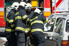 Αναζήτηση και επιχείρηση διάσωσης κατά τη διάρκεια του τροχαίου ατυχήματος Στοκ εικόνες με δικαίωμα ελεύθερης χρήσης