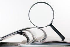 Αναζήτηση με την ενίσχυση - γυαλί, που ψάχνει τις πληροφορίες στα βιβλία, σχεδιαγράμματα, περιοδικά Επιθεώρηση λογιστικού ελέγχου στοκ εικόνες με δικαίωμα ελεύθερης χρήσης